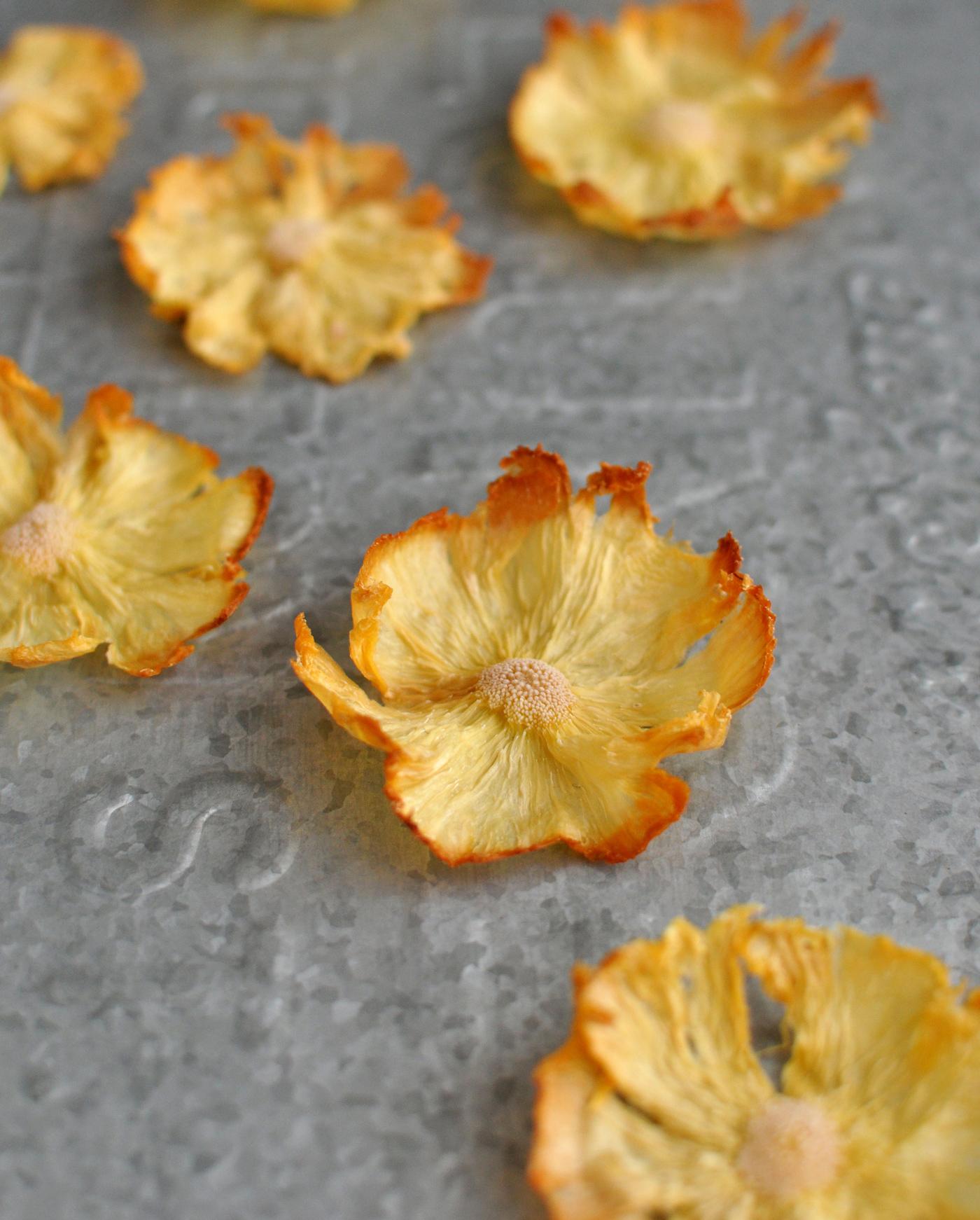 DIY: Kwiaty z suszonego ananasa do dekoracji wypieków