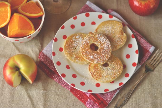 Smażone plasterki jabłka w cieście