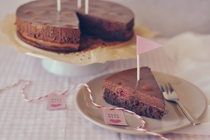 Mocno czekoladowe ciasto z musem czekoladowym i wiśniami (bez mąki)