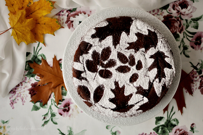 Bezglutenowe ciasto czekoladowe z dekoracją z liści