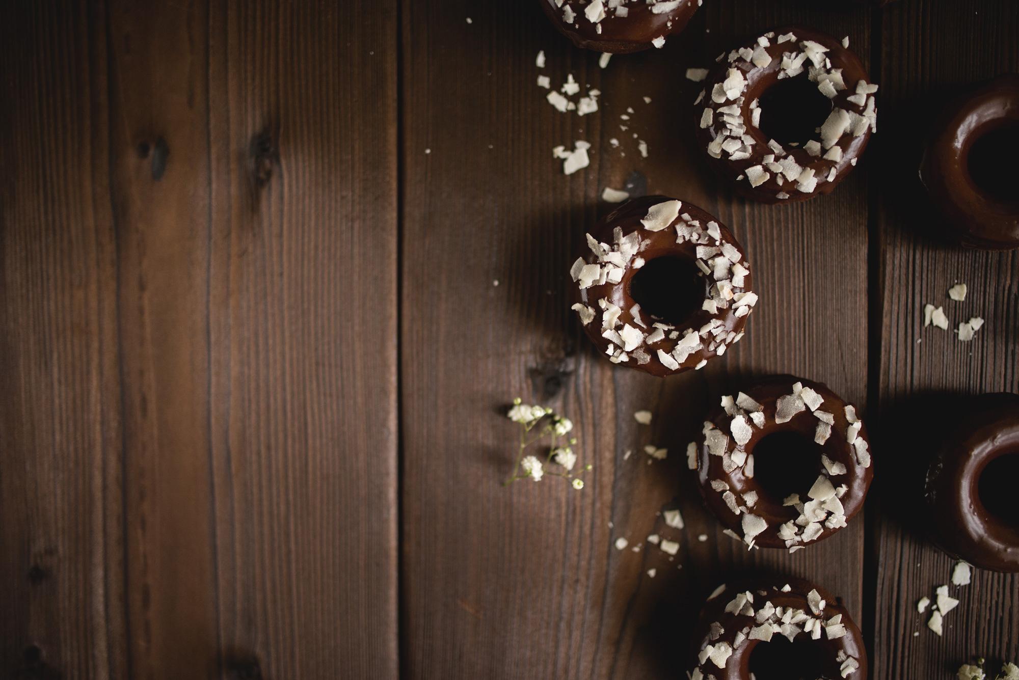 Donaty czekoladowe z płatkami kokosowymi
